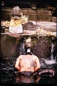 Ferrante Ferranti, pélerin hindou, sanctuaire de Tampaksiring, Bali